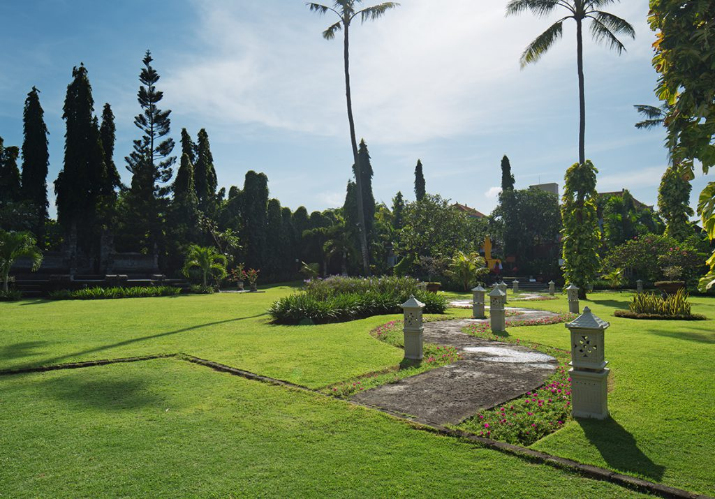 White Rose Resort in Kuta - Garden - Kuta Hotel Promo